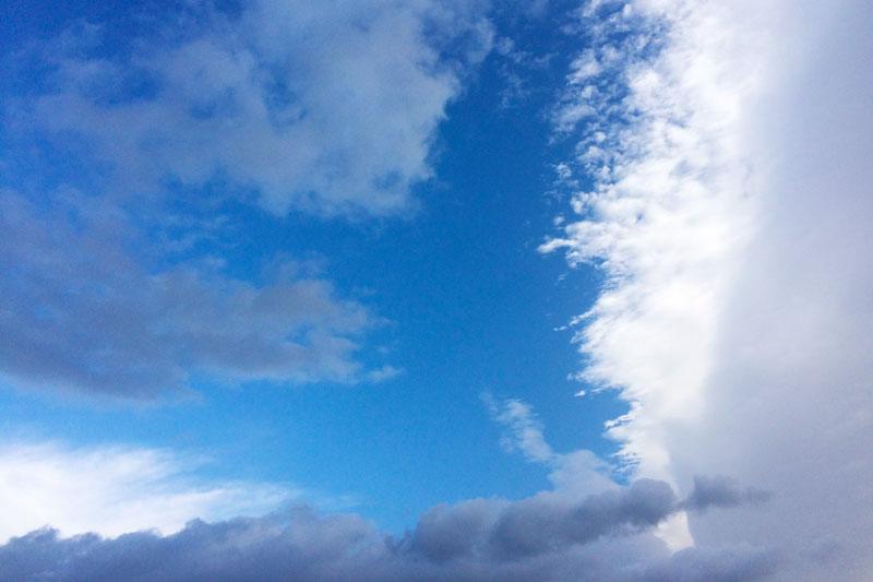 真っ青な空と包み込むような雲