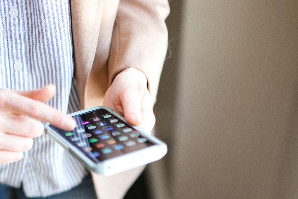 スマートフォンを見ている人