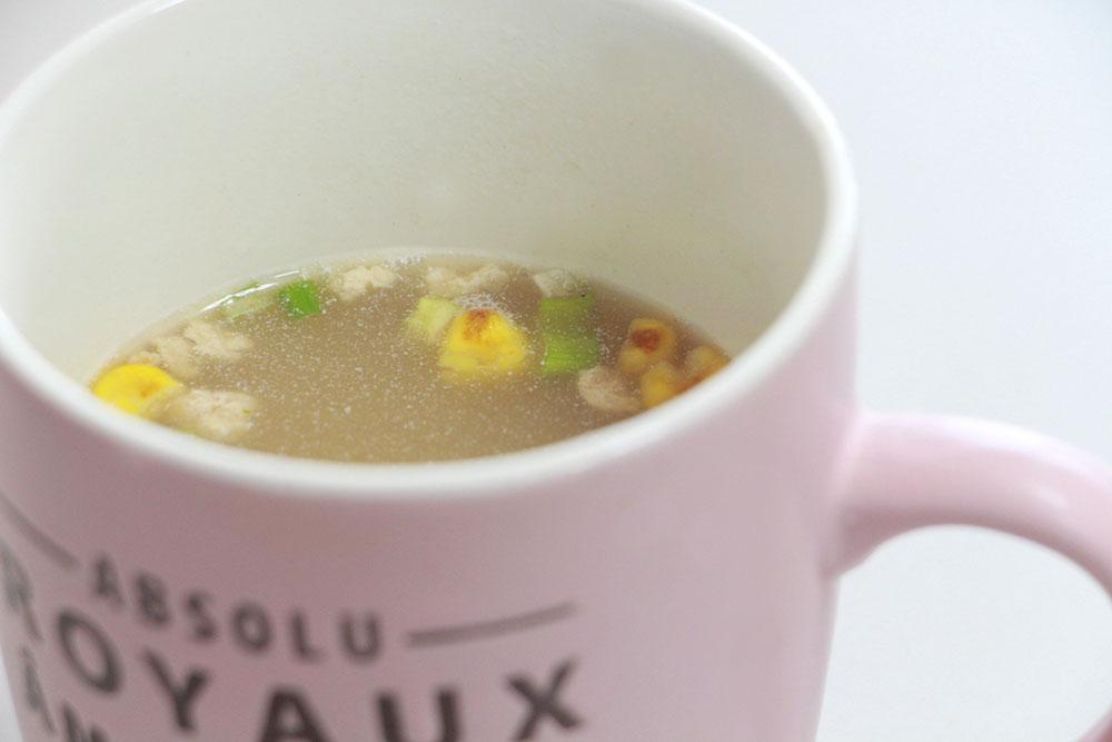 カップにスープ